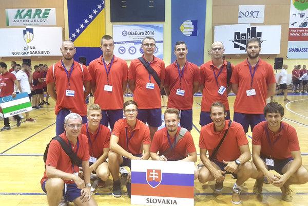 Jaroslav Bagala (spodný rad, druhý zľava) na spoločnej reprezentačnej fotke vSarajeve.