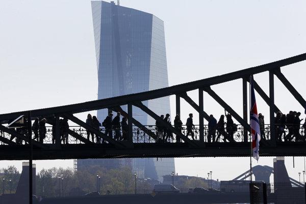 Most pred budovou Európskej centrálnej banky.