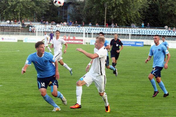 Nitra doma nestačila na Skalicu. Na snímke vpredu zľava domáci Miloš Šimončič a hosťujúci Lukáš Hruška (autor gólu na 1:3), vpravo Róbert Valenta, ktorý otváral skóre zápasu.