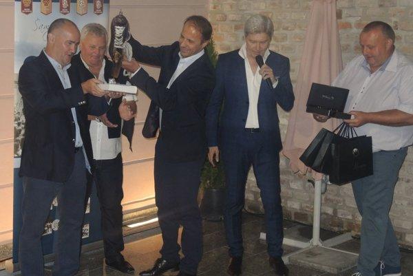 Ján Pardavý (tretí zľava) pokrstil knihu o trenčianskom hokeji ľadom zo starej korčule.