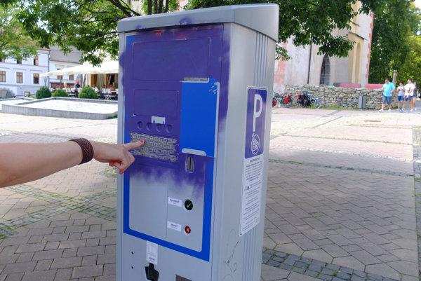 Postriekané parkovacie automaty sú pre vodičov záhadou.