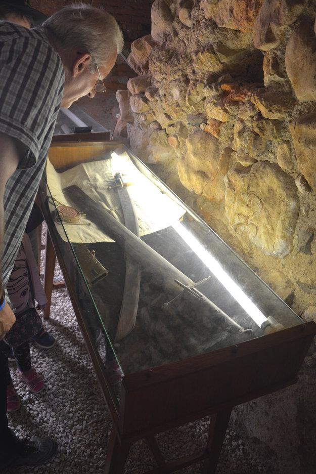 Historické meče. V baštách vodného hradu hostia obdivovali exponáty.