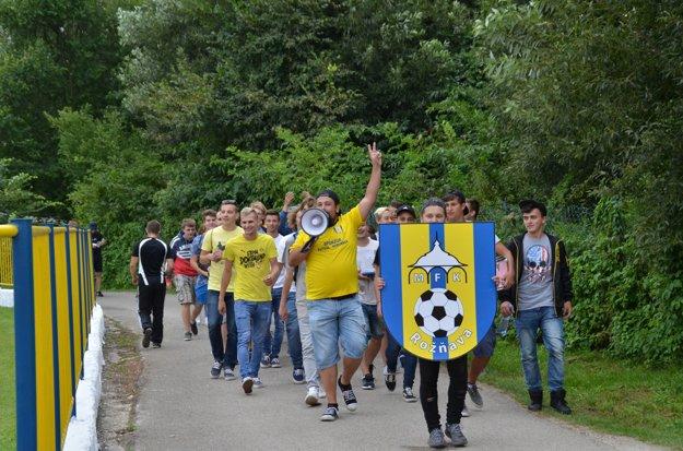 Fanúšikovia. Rožňavských fans viedol oddaný fanúšik MFK, spevák Robo Šimko.