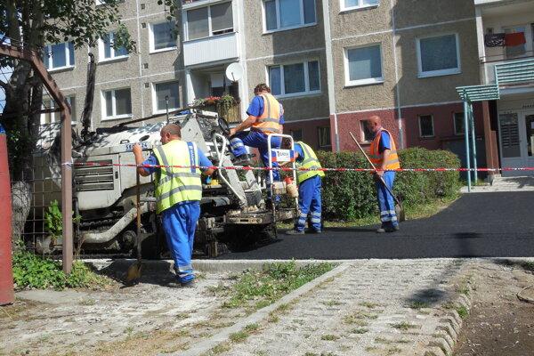 Čergovská ulica. Robotníci pokladajú nový asfaltový chodník.