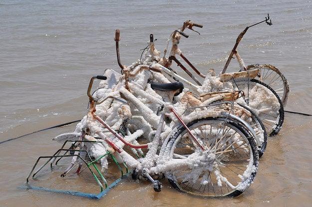 Neľahký osud bicyklov v Mŕtvom mori.