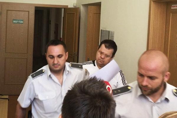 Prvým odsúdeným je podnikateľ Eduard (v strede).