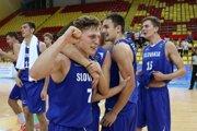 Vpravo s číslom pätnásť odchovanec žiarskeho basketbalu Jakub Kádaši.