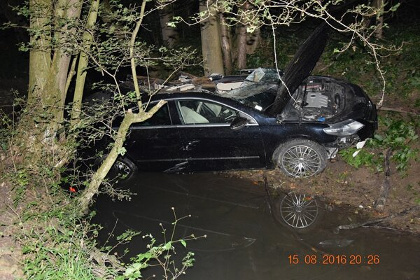 Pri dopravnej nehode sa ťažko zranil mladý vodič, ktorý bol vrtuľníkom záchrannej služby transportovaný do  nemocnice, ťažké zranenie utrpela aj jeho  20-ročná spolujazdkyňa Nikoleta, ktorá sedela vpredu.
