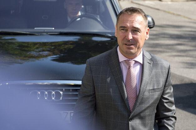 Nový šéf Siete a minister Brecely prichádza na rokovanie vlády.