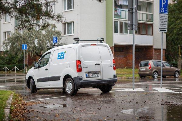 Postrach na neplatičov. Vďaka štyrom kamerám na streche dokáže toto vozidlo za jazdy okamžite skontrolovať, či vodič neodstavil auto bez zaplatenia.
