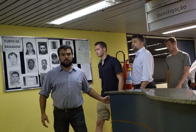 Americkí plavci odchádzajú z policajnej stanice. Kvôli výsluchu im nedovolili odletieť z krajiny.