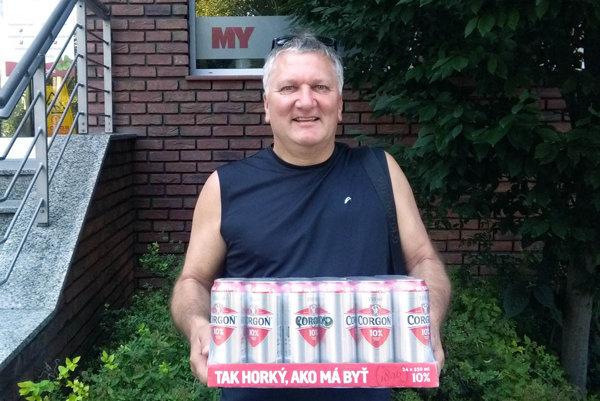 Víťazom 1. kola je Igor Drotár, z redakcie si odniesol kartón piva Corgoň.