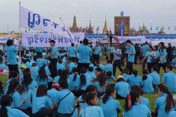Osláv kráľovniných narodenín sa v Bangkoku zúčastnili tisíce Thajčanov.