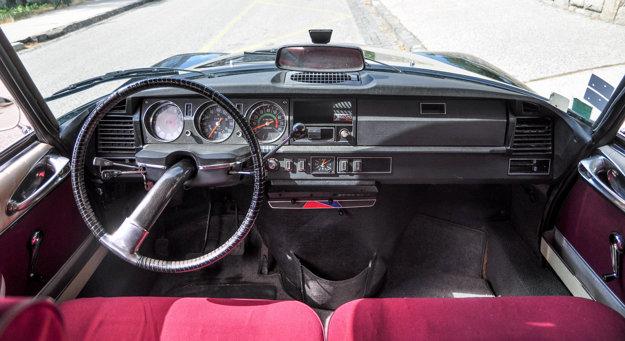 Prístrojová doska z roku 1971 a jednoramenný volant.