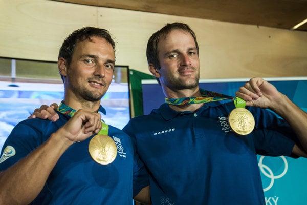 Úspešní deblkanoisti Peter (vľavo) aLadislav Škantárovci. Takto zapózovali so zlatými medailami na krku po prílete na Slovensko.
