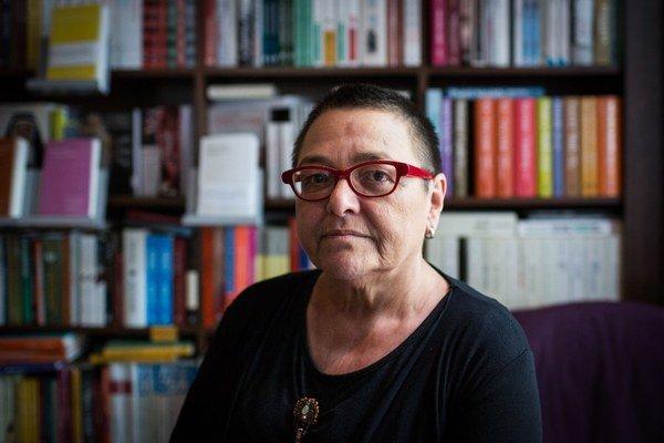 Lidia Ostałowska(61) je poľská reportérka, po roku 1989 pracovala pre denník Gazeta Wyborcza. Píše najmä o etnických, národostných menšinách a subkultúrach. V roku 2000 napísala reportážnu knihu Cigán je Cigán, ktorá v júli vyšla aj v slovenčine.