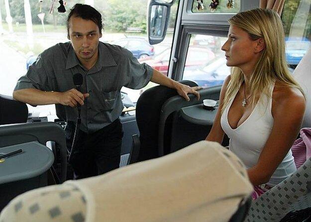 Najazdili stovky kilometrov. Zábery v autobuse boli komplikované.