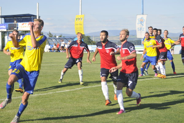 Logo v reštrukturalizácii. Futbalisti VSS propagujú aj v novom ročníku na dresoch zadĺženú Podolákovu firmu.