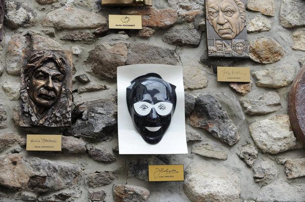 Súčasťou európskeho festivalu humoru a satiry Kremnické gagy býva aj odhalenie plakety známym humoristom a či karikaturistom.