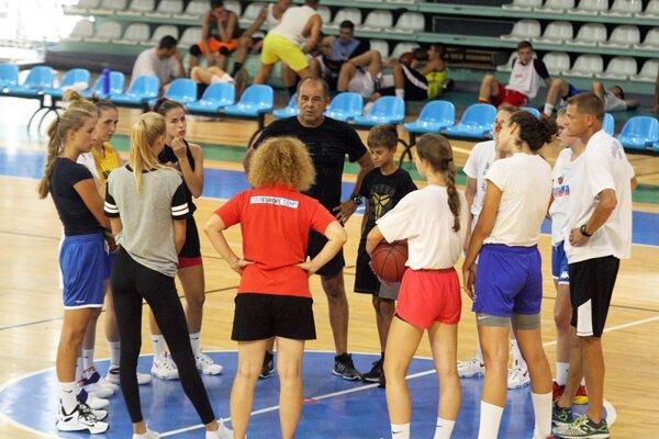 Basketbalistky Nitry začali s tréningami v pondelok 15. augusta. V čiernom tričku v strede hlavný tréner Peter Kováčik.