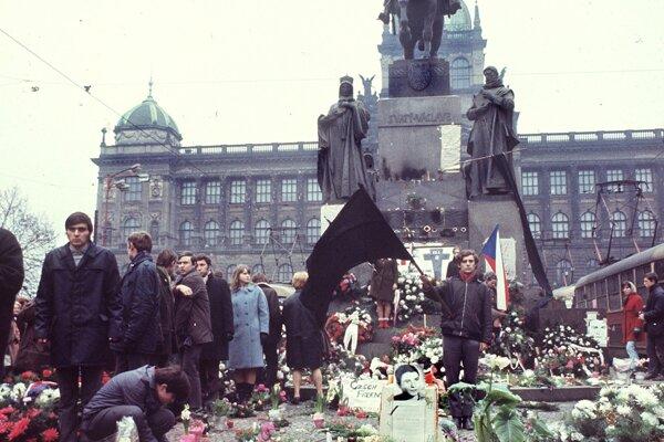 Ľudia vzdávajú úctu Jánovi Palachovi 24. januára 1969 na Václavskom námestí v Prahe. Palach sa upálil v januári na protest proti sovietskej okupácii Československa v roku 1968.