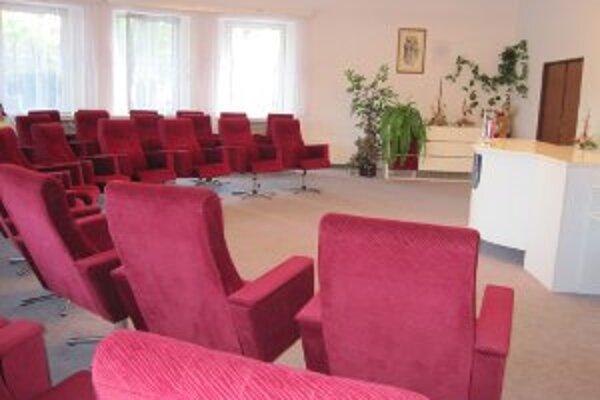 Rokovacia sála, v ktorej sa poslanci stretávajú na zasadnutiach, zostala už dvakrát prázdna.