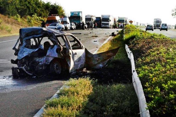 21. august 2012. Fiat zhorel do tla a BMW skončilo na streche. Takto skončila nezmyselná a riskantná jazda.