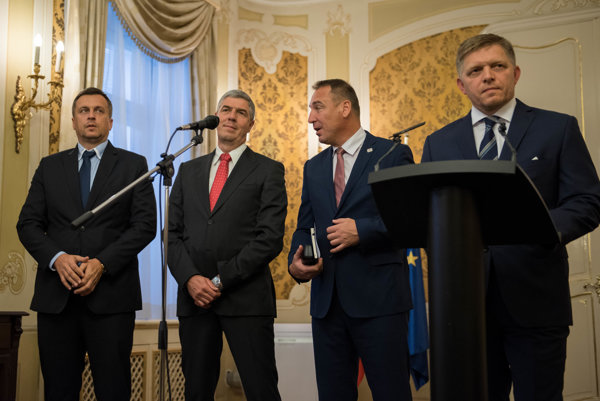 Zľava: Predseda strany SNS Andrej Danko, predseda strany Most-Híd Béla Bugár, predseda strany Sieť Roman Brecely a predseda vlády SR Robert Fico.