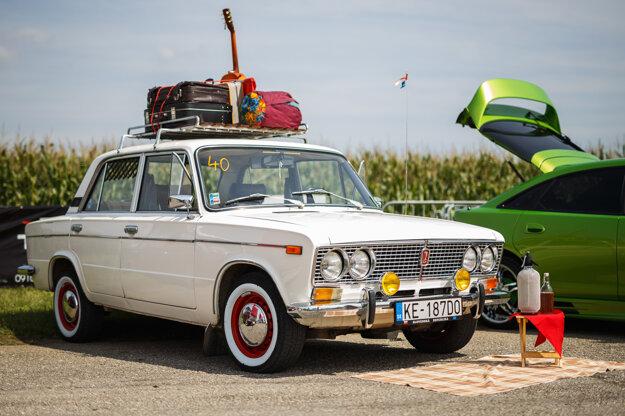 Lada 1500s. Štvorkolesového tátoša Košičana Mareka Šimaja ľudia často zastavujú a fotia si ho. Dostal ho od dedka pred 21 rokmi v pomerne zlom stave. Motor zostal pôvodný, zvyšok vylepšil a teraz s autíčkom jazdí celoročne. Iné ani nemá, a tak tento veterán z roku 1986 je jeho prvá voľba.