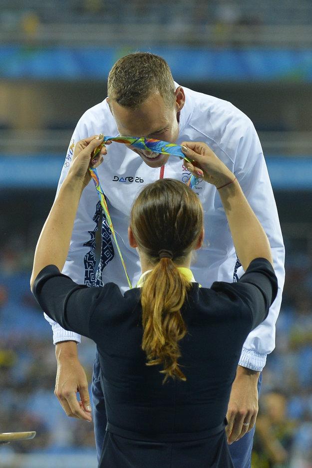 Danka Barteková zavesila zlatú medailu na krk chodcovi Matejovi Tóthovi.
