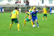 V Leviciach získali všetky tri body Čeľadice po výsledku 0:3. V modrom drese s loptou Róbert Dzurek, ktorý len vo štvrtok prestúpil do Čeľadíc a hneď prispel gólom k výhre svojho nového tímu.