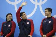 Michael Phelps (v strede) sa v Riu lúčil.