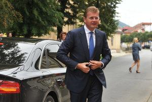 Minister hospodárstva SR Peter Žiga prichádza na výjazdové rokovanie vlády v Sabinove.