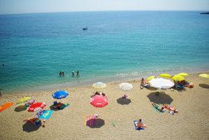 Pláž v albánskom Himare. Krásne čisté more a po väčinu dňa aj relatívny pokoj.