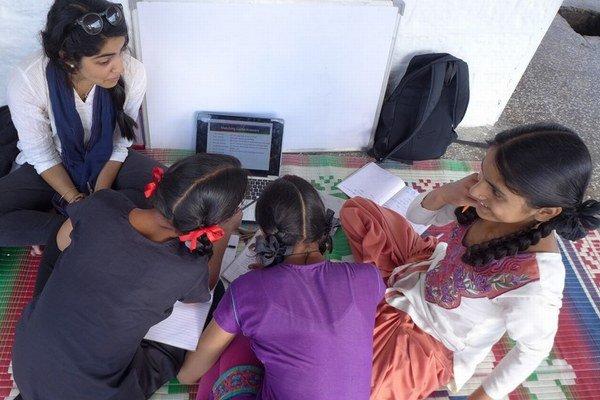 Iba v štáte Uttarpradéš až takmer tri milióny dievčat vymeškajú každý mesiac hodiny pre menštruáciu.