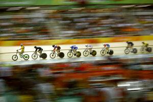 Dráhová cyklistika, preteky mužov v keirine. Prvé kolá idú cyklisti za vodičom.