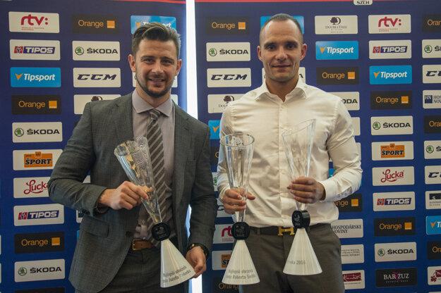 Andrej Sekera (vpravo) s oceneniami pre najlepšieho obrancu aj hráča Slovenska za rok 2016. Vľavo Tomáš Tatar s ocenením pre najlepšieho útočníka.