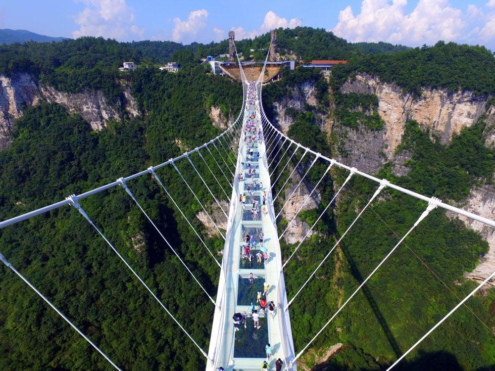 Čína oficiálne otvorila najvyšší a najdlhší visutý sklenený most.