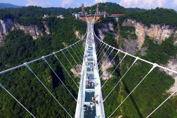 Najvyšší a najdlhší visutý sklený most dočasne zavreli.