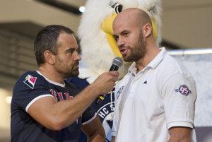 Počas autogramiády pred štartom novej sezóny bol Radek Smoleňák (vpravo) ešte v dobrej nálade. V súťažnom drese Slovana sa však zranil hneď v prvom ostrom zápase.