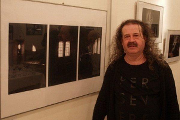 Marián Holenka pri svojich ocenených fotografiách.