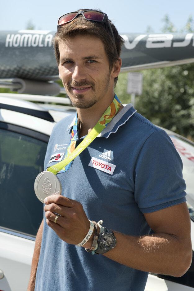 O strieborného medailistu je veľký záujem. Medailu zatiaľ nosí iba vo vrecku. Nájsť jej čestné miesto ešte nebol čas.