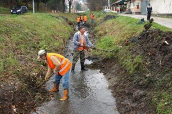 Nezamestnaní si privyrobili pri čistení korýt riek.