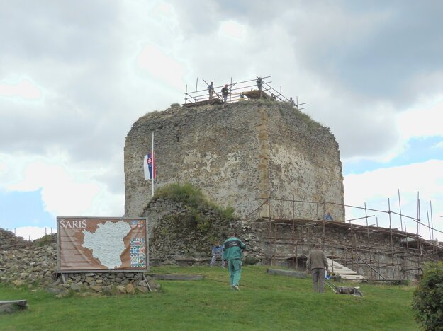 Hradná veža. Chlapi pokladajú dočasnú konštrukciu na donjon.