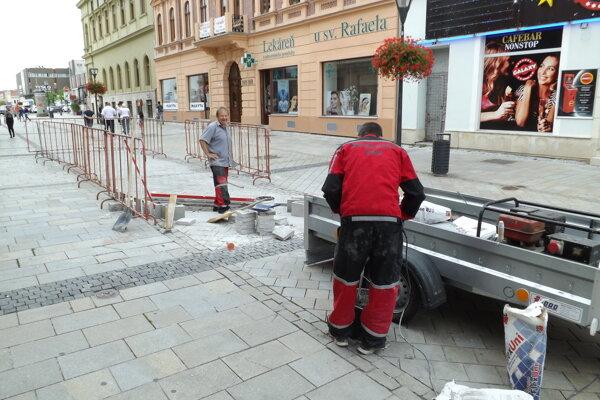 Dlažbu opravujú murári, ktorí sú zamestnancami mesta.
