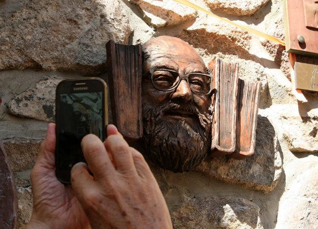 Byt spisovateľa pripomínal veľkú knižnicu, knihy sú aj súčasťou reliéfu, ktorý má vystihovať jeho osobnosť.