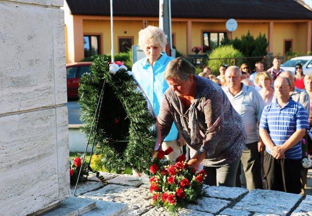 Kladenie vencov k pamätníku padlých v Malinovej.