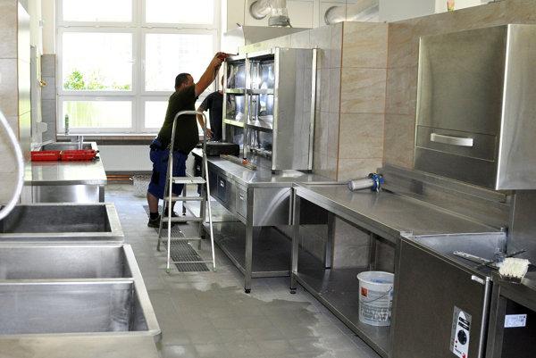 V kuchyni varia pre takmer 600 stravníkov.