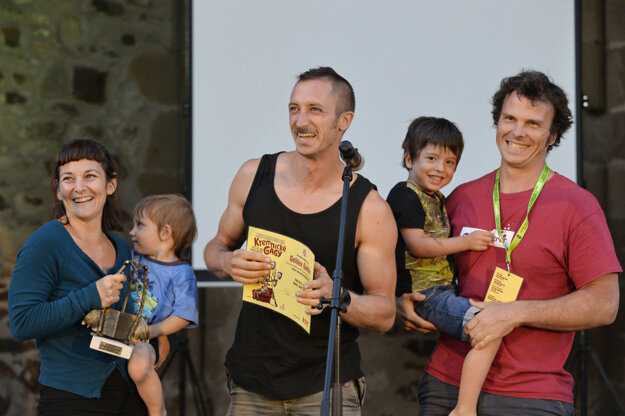 Španielske zoskupenie umelcov Paki Paya si preberalo cenu v kategórii pouličné a pohybové produkcie za predstavenie s názvom Shake, shake, shake.