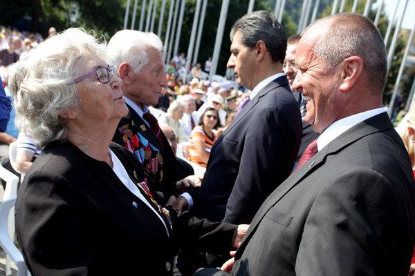 Sprava: minister obrany SR Peter Gajdoš a rumunský minister národnej obrany Mihnea Motoc počas osláv 72. výročia Slovenského národného povstania v Banskej Bystrici.